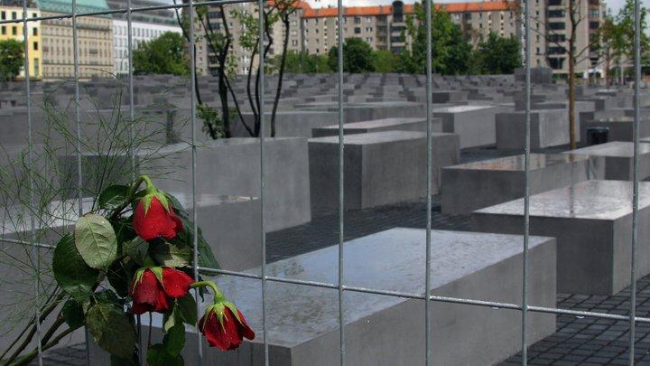 Шестой раз за полгода: На Украине осквернён очередной памятник жертвам холокоста