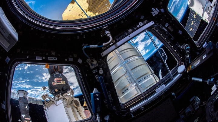 Космонавтам МКС потребовалось пять часов работы для обнаружения дыры на борту Союза