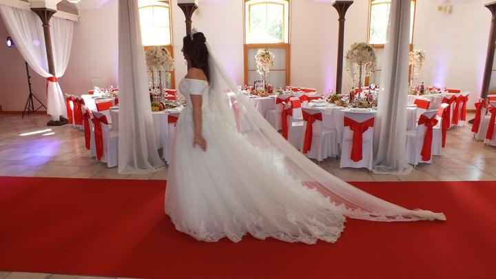 Сказал, что забыл паспорт: Жених сбежал со свадьбы в Петербурге, невеста обратилась в полицию
