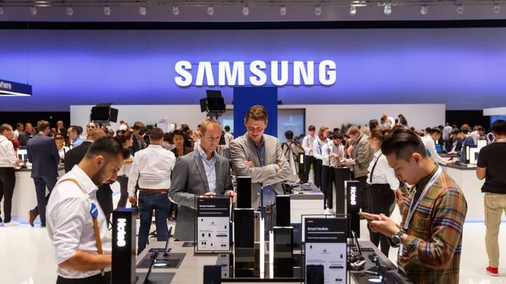 Дороже iPhone X: Samsung выпускает телефон-раскладушку за 3 тысячи долларов