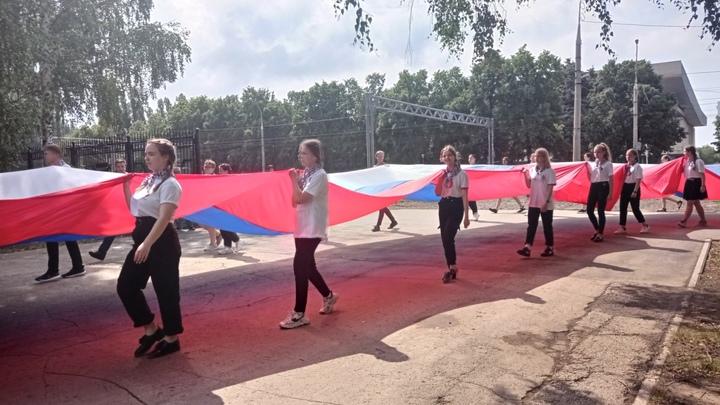 В Тольятти отметили День России: Было шествие с гигантским флагом России