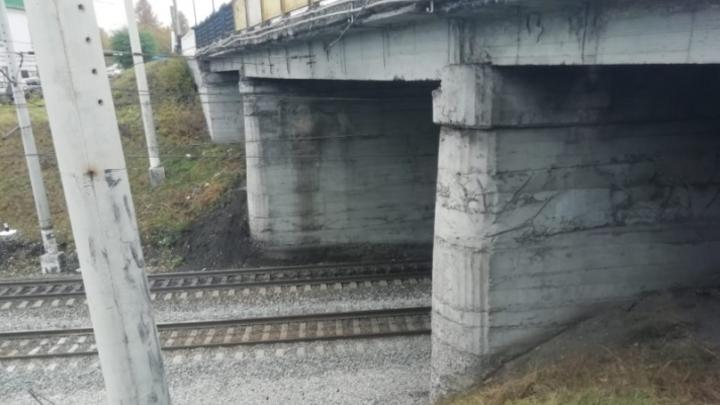 В Кузбассе школьники разожгли костер на рельсах и бросали бутылки под поезда