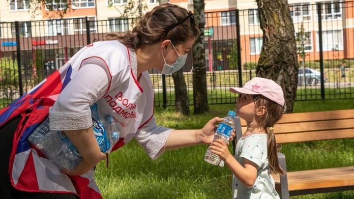 Свою надо иметь! В подмосковных парках раздают воду детям безответственных родителей