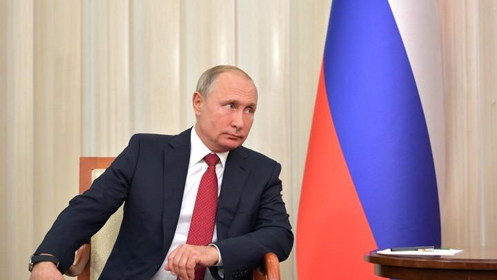 Сразу дали что-то на подпись: Путин принимает участие на открытом уроке в Ярославле
