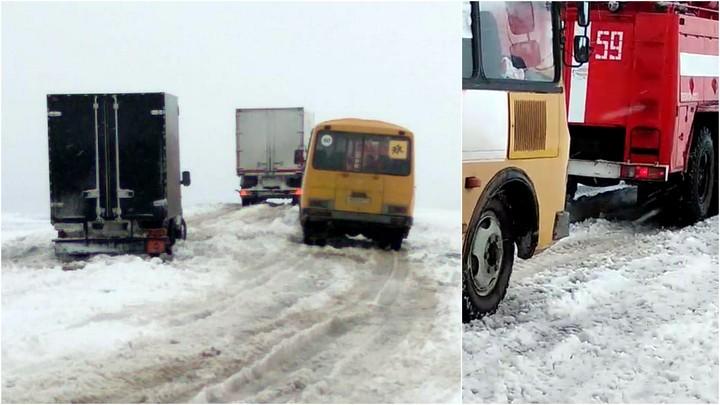 В Челябинской области два школьных автобуса с детьми застряли в снегу