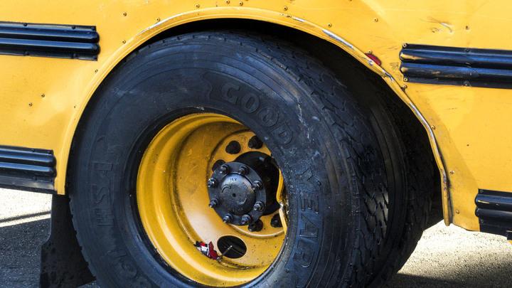 Выжили только трое: В Нигерии школьный автобус, врезавшийся в грузовик, превратился в груду металла