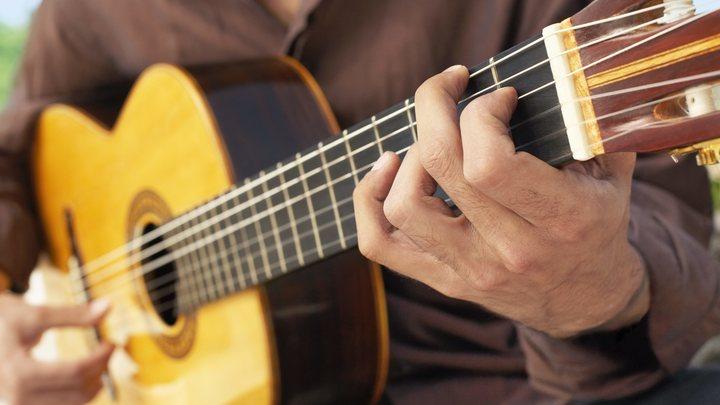 Надо было на немецком петь, они хозяев любят: Во Львове музыканту разбили гитару из-за русской песни