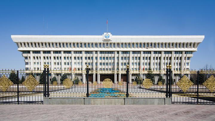 Майдан в Киргизии? Сторонники оппозиции штурмуют парламент, милиция отбивается газом