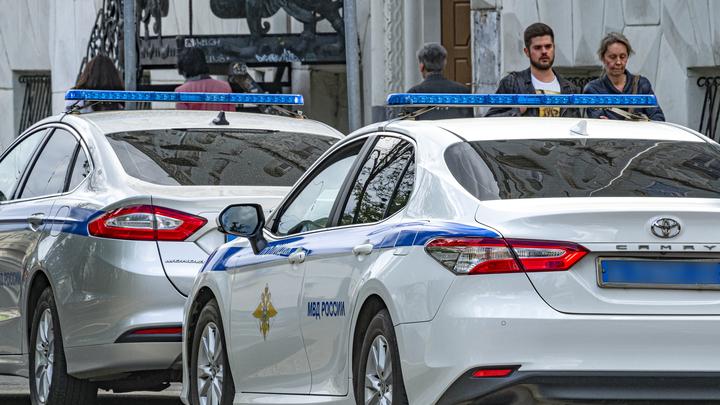 Полиция сопровождает польских фанатов, прилетевших на Евро-2020 в Петербург