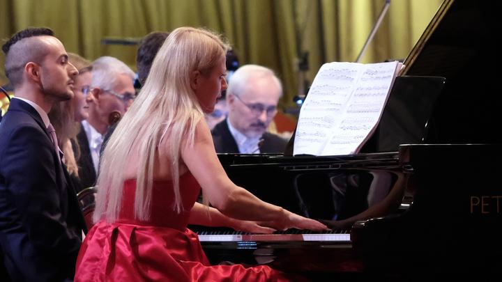 Играла прямо на железнодорожной платформе: Известная американская пианистка дала необычный концерт в Дебальцеве