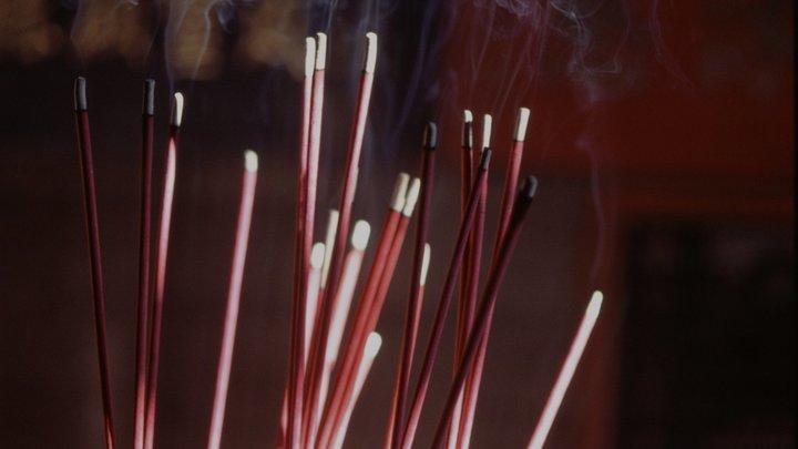 СМИ рассказали, почему вТаиланде власти попросили нежечь ароматические палочки накитайский новый год