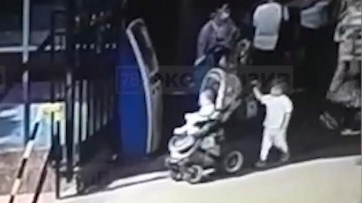 Столкнула коляску на рельсы. В трагедии обвинили ребенка