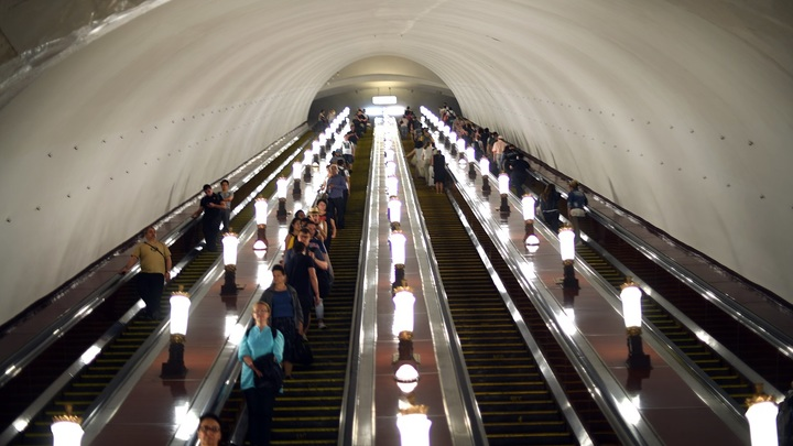 На участке желтой линии метро Москвы по неизвестным причинам остановлено движение