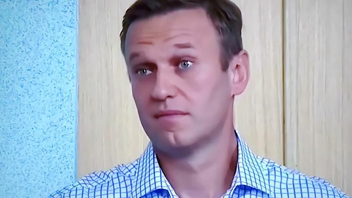 Электрический свет из-под двери вызвал недоумение: Что скрывают в номере Навального