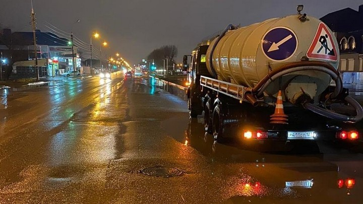 В Краснодаре после ночного ливня устраняют локальные подтопления на 14 улицах