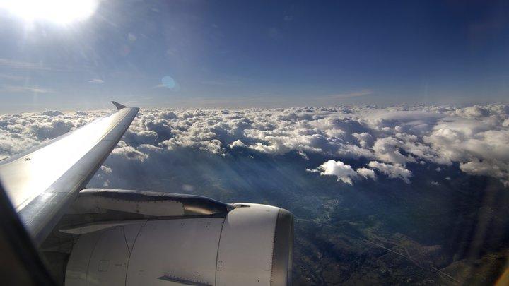 Британские полицейские ворвались в приземлившийся самолет из России
