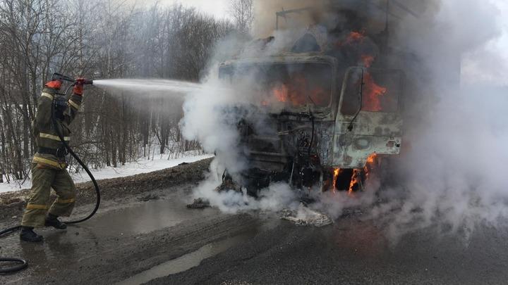 Груз цел, но кабина выгорела: фуру потушили на трассе M-7 в Нижегородской области 17 марта