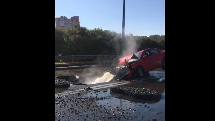 В Петербурге посреди дороги рванула тепломагистраль: люди на машине подвисли на струе воды
