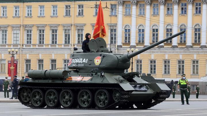 Танк-ветеран не справился с управлением: Появились первые кадры инцидента на параде в Севастополе