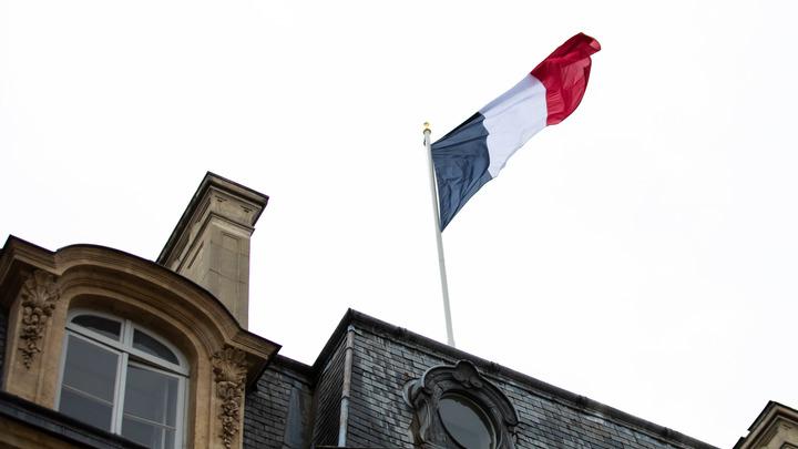 Это нужно прекратить!: Десятки митингуют у посольства Франции из-за карикатур на пророка Мухаммеда
