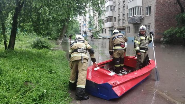 В Ростове на пр. Ленина сильный ливень затопил девятиэтажку: Спасателям понадобилась лодка