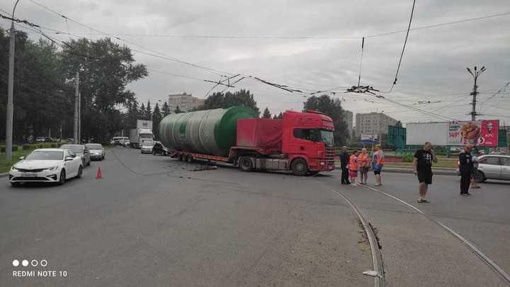 В Новосибирске ищут водителя, оборвавшего троллейбусные провода
