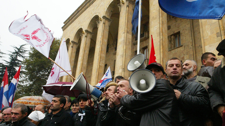 В центре Тбилиси снова собрался митинг