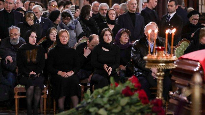 В гроб положила маленький свёрток: СМИ гадают о прощальном даре Батуриной Лужкову