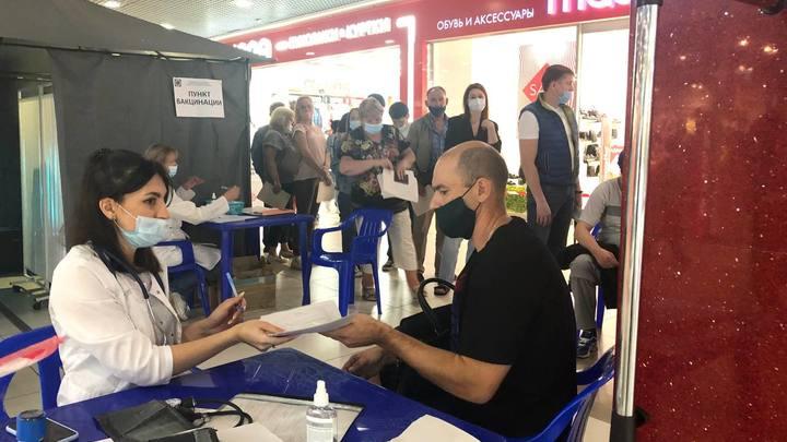 В торговом центре Челябинска в пункт вакцинации от COVID-19 выстроилась очередь из 50 человек