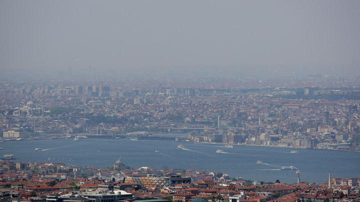 Направлявшийся на Украину танкер проломил старинный особняк в Стамбуле - видео
