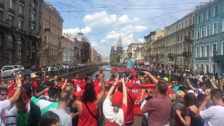 В Питере на улицах начались активности болельщиков
