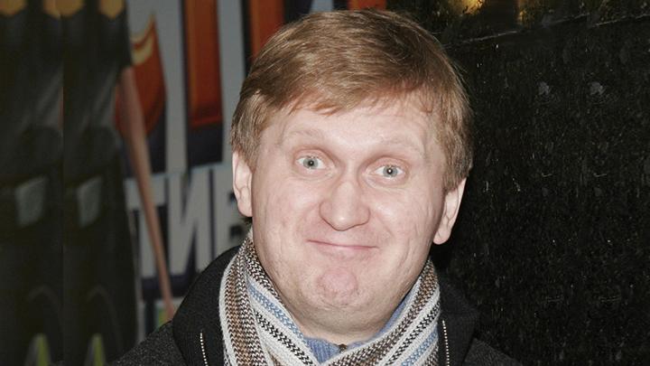 Будет выступать сидя: Из-за травмы Андрея Рожкова программу Уральских пельменей решили переписать