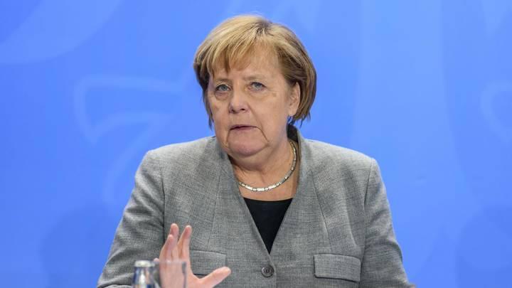 Неуправляемая машина под носом у Меркель врезалась в ее правительственный самолет