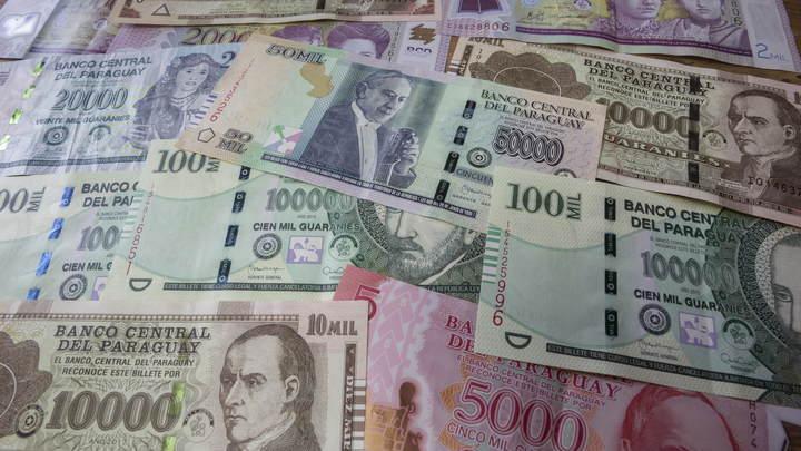 Десятки сумок мечта оккупанта, набитых долларами и рублями: видео обыска у полковника ФСБ