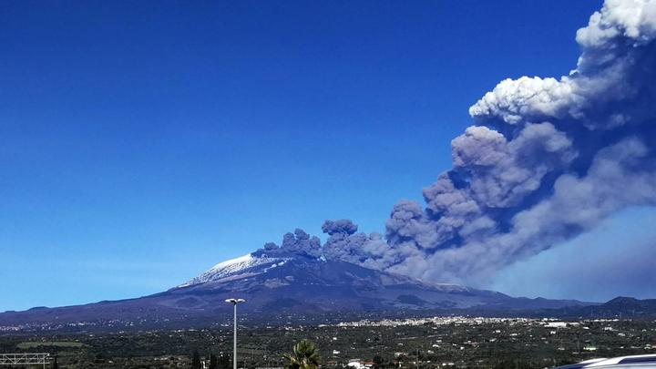 Лезут в самое жерло: Туристы снимают извержение вулкана на Сицилии