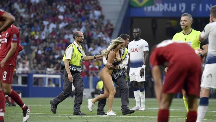 Шерочка с машерочкой: Полуголая футбольная фанатка оказалась подругой российского пранкера