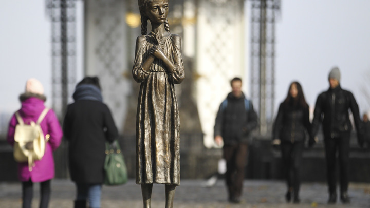 Изображая жертву: Украинские министры пафосно заложили вторую очередь музея голодомора