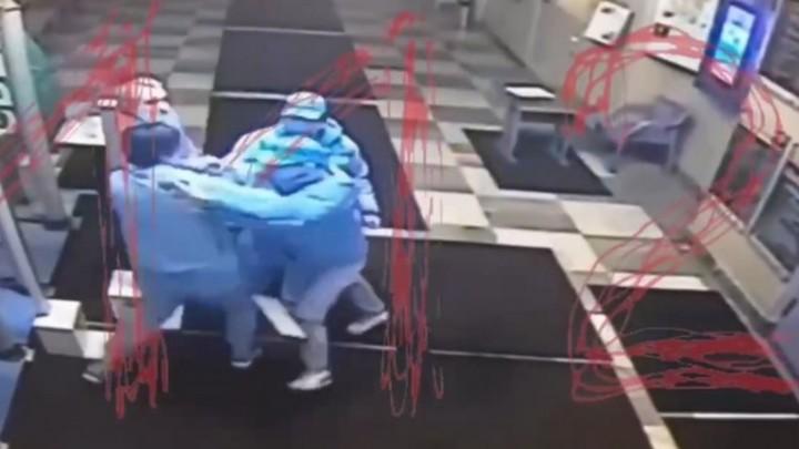 Театр начинается с драки. В МДТ Петербурга трое пьяных мужчин сцепились из-за женщины