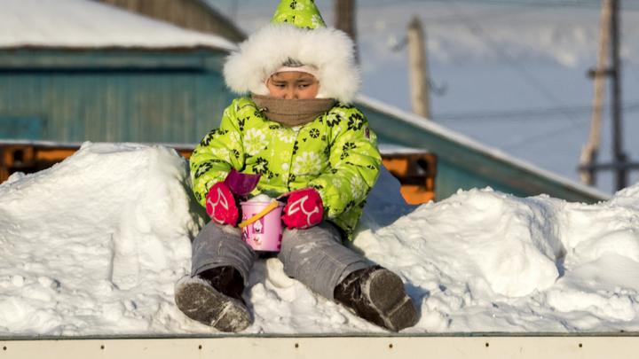 Двухлетнего малыша забыли одного на уральском морозе - видео