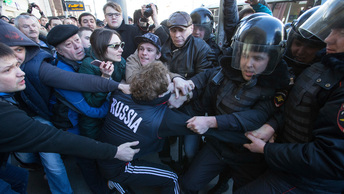 Протесты 26 марта: Массой детей прикрываются. А дальше - боевики...