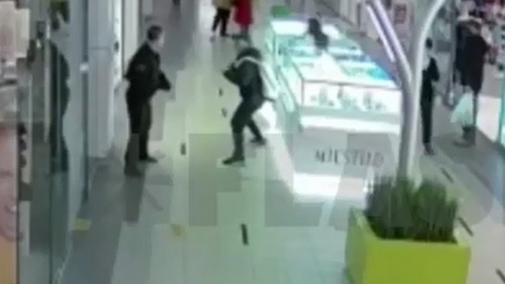 В Санкт-Петербурге на Гражданском проспекте мужчина без маски накинулся на охранника ТЦ