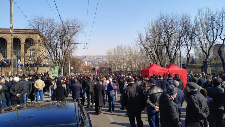 Оппозиция продолжает митинговать у здания Парламента Армении