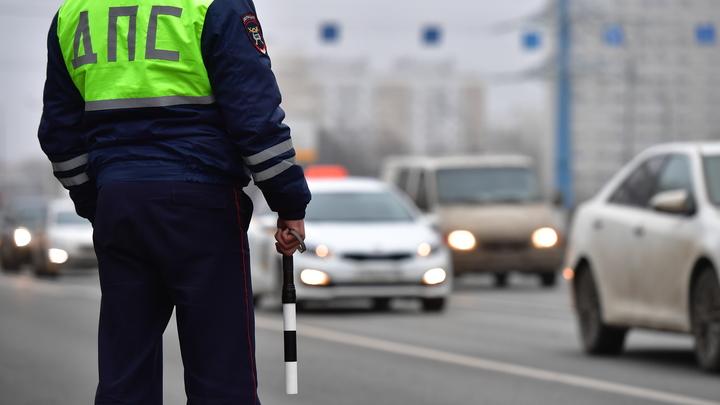 Уволен: В Новосибирске нашли полицейского, залившего виски в служебную машину
