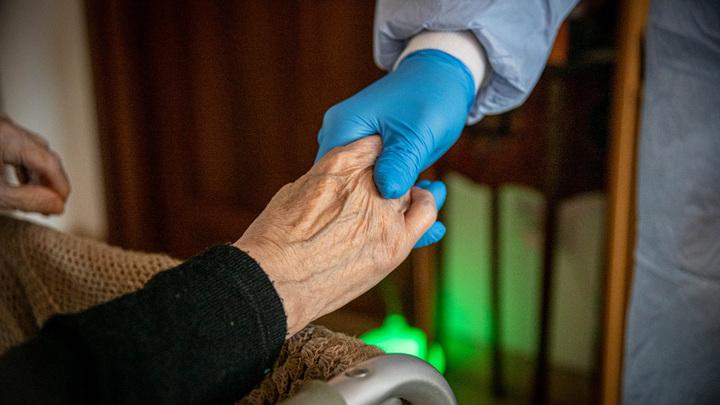 Сделали КТ и выкинули на улицу: Пенсионерке с COVID-19 не позволили занимать место в больнице