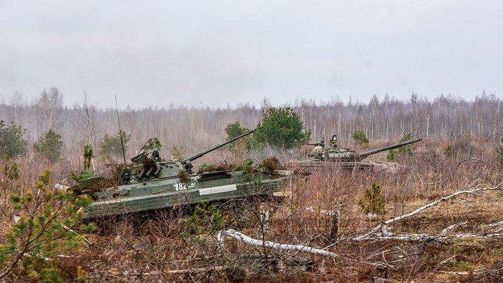 На учениях США бронетранспортеры загримировали под российские танки - видео