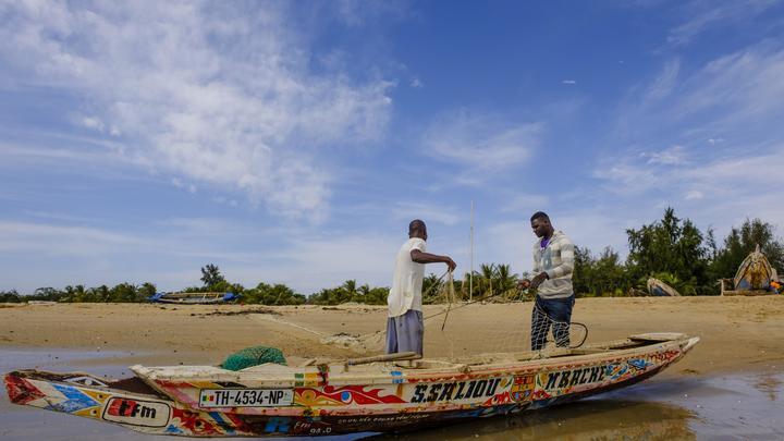 Струпья на коже и опухшие губы: Сотни сенегальских рыбаков подхватили загадочную болезнь