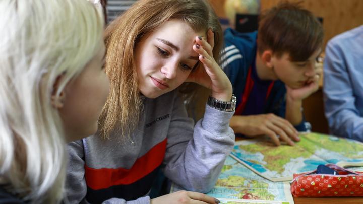 Школьники остаются на дистанционке? Москвичей призвали смириться с вынужденными мерами