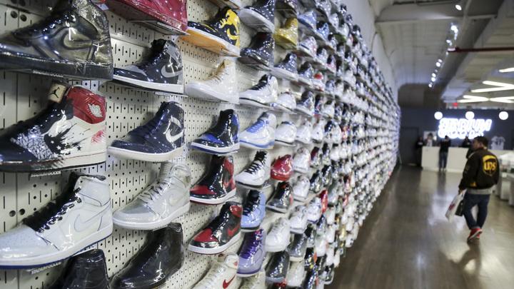 cac7e4ef8db Владелец магазинов Nike и Samsung в России отказался от развития двух  торговых сетей