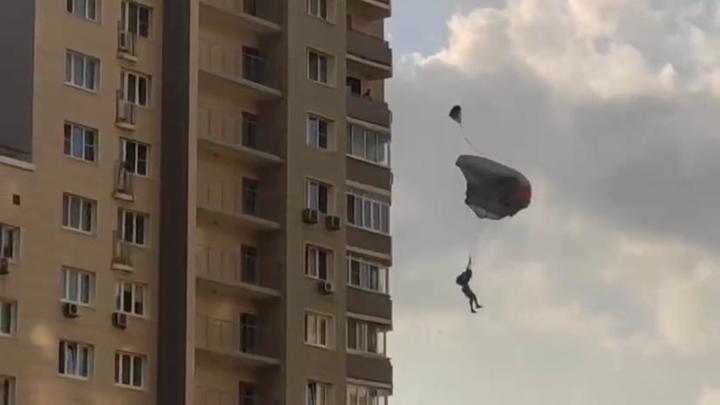В Балашихе экстремал прыгнул с 18 этажа с парашютом