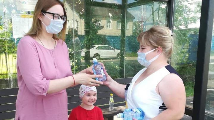 В Подмосковье в автобусах и на остановках раздали 6000 бутылок воды